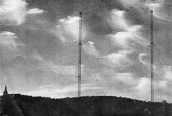 Avståndet mellan de 130 meter höga halvvågsmasterna var 95 meter = 1/3 våglängd.
