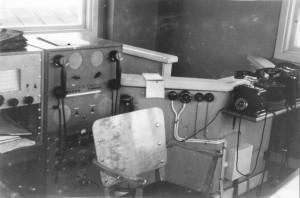 Manöverpanel för kortvågstelefoni 6440 KHz, under sitter en Hammarlund HQ-129X 16